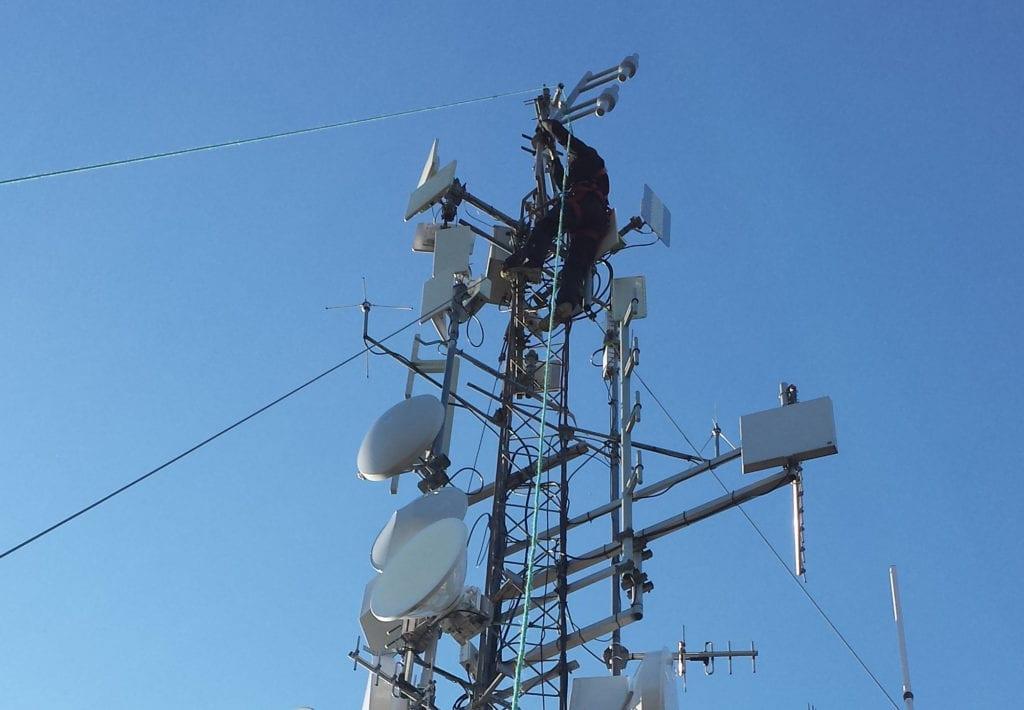 VIKTIG PUNKT: Sendermastene på Kjølabergstoppen sørger for blant annet mobil- nett- og radiodekning til mange i Solør. For tiden er det en fiberfeil som gjør at mange er rammet. Illustrasjonsfoto.