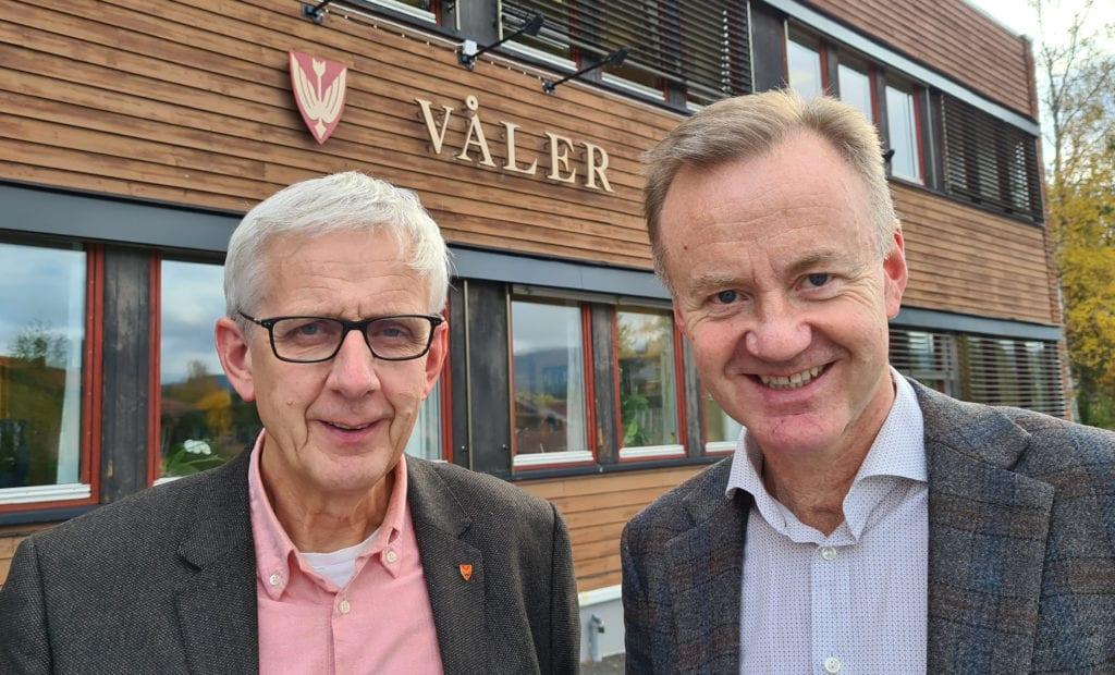 TROR PÅ LØSNING: Næringssjef i Våler, Arild Lande (til høyre), tror en trådløsvariant blir løsningen for å få fart på bredbåndet på Våler Finnskog. Her står Lande sammen med ordfører Ola Cato Lie.