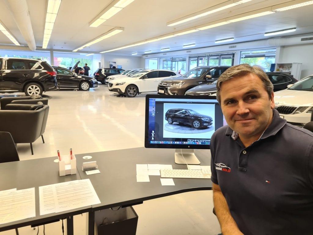 NÅDDE MÅLET: Hele 365 biler solgte Henning Nyberg og Innlandet Auto i Våler i fjor. Det var langt mer enn målet på 300 biler, og Henning mener det viser at det meste er mulig å få til i Våler.