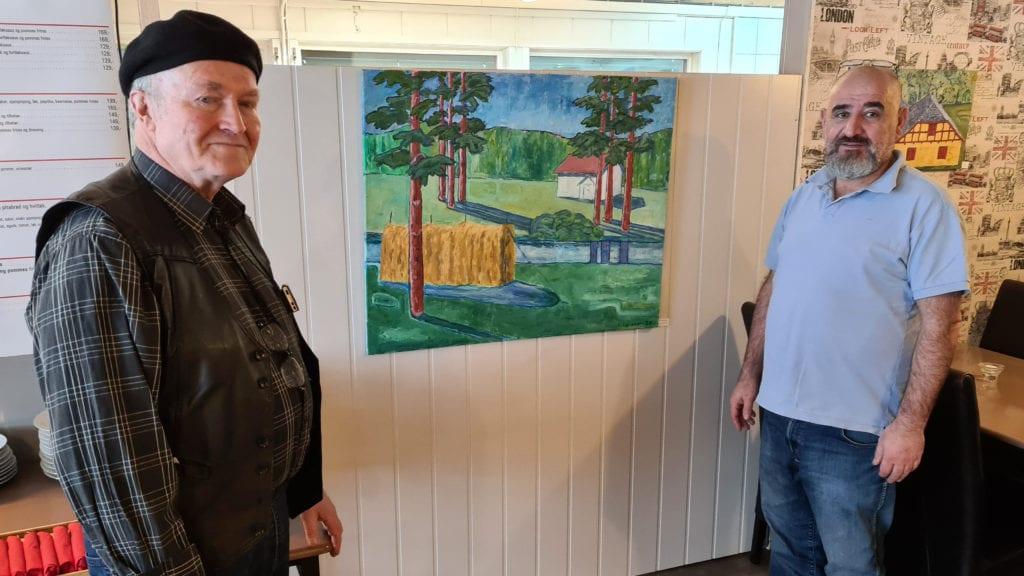 KROUTSTILLING: Ved Bondens Kro på Kjellmyra er det nå mulig å se på kunsten til Knut Larsson mens du venter på mat. Murat Baran er glad for at Knut ville stille ut.