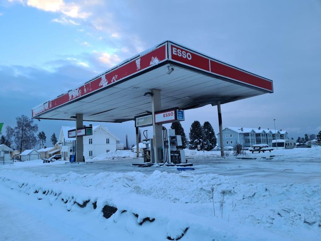 RIVES: Åsnes kommune har kjøpt eiendommen hvor den nedbrente Esso-stasjonen står. Onsdag formiddag starter oppryddingsarbeidet.