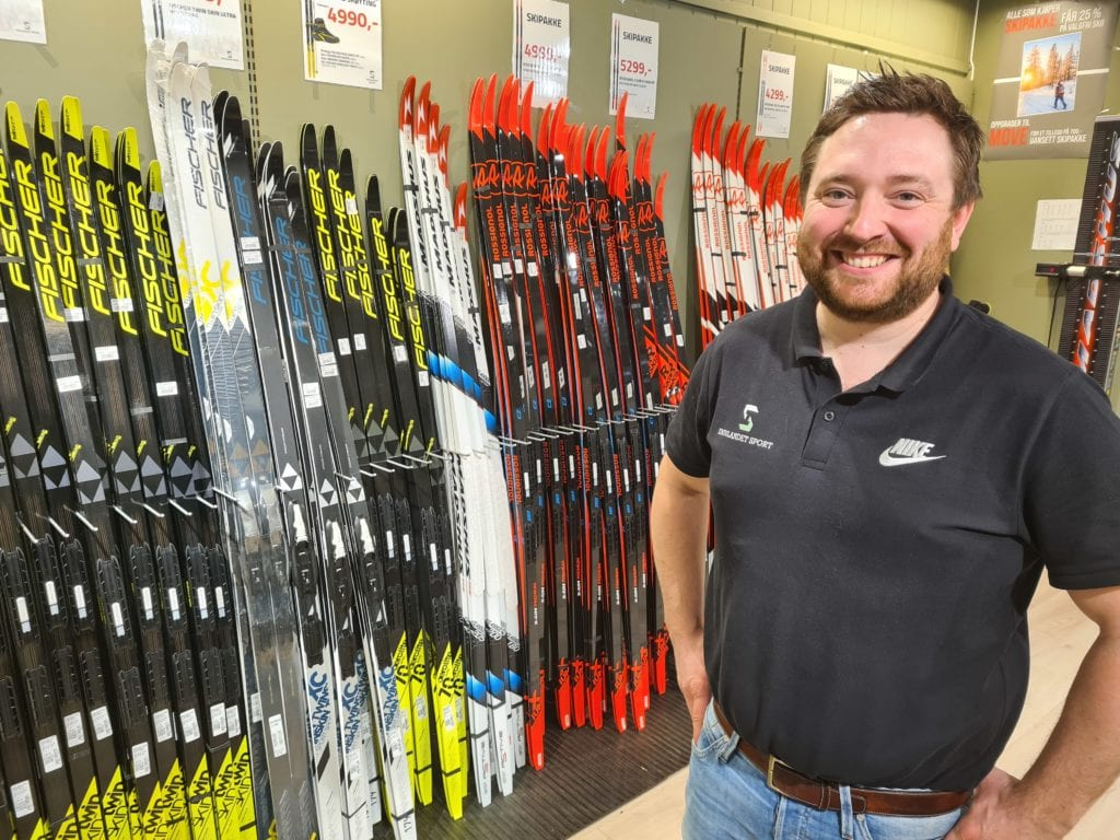 SKIBONANZA: Salget av ski har gått rett til værs hos Innlandet Sport på nyåret, etter at kulda og snøen kom for alvor. Butikksjef Jonas Gottenborg Larsen har lange men gode dager på jobb.