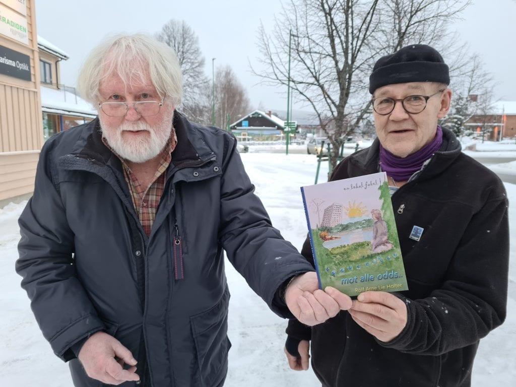 NY TEKSTFORM: Rolf Arne Lie Holter (til venstre) for første gang skrevet en roman. Den handler om livet etter pandemien, og mulighetene som finnes i Solør. Terje Tønnessen i Kulturforlaget BRAK oppfordrer alle til å lese romanen «Mot alle odds».