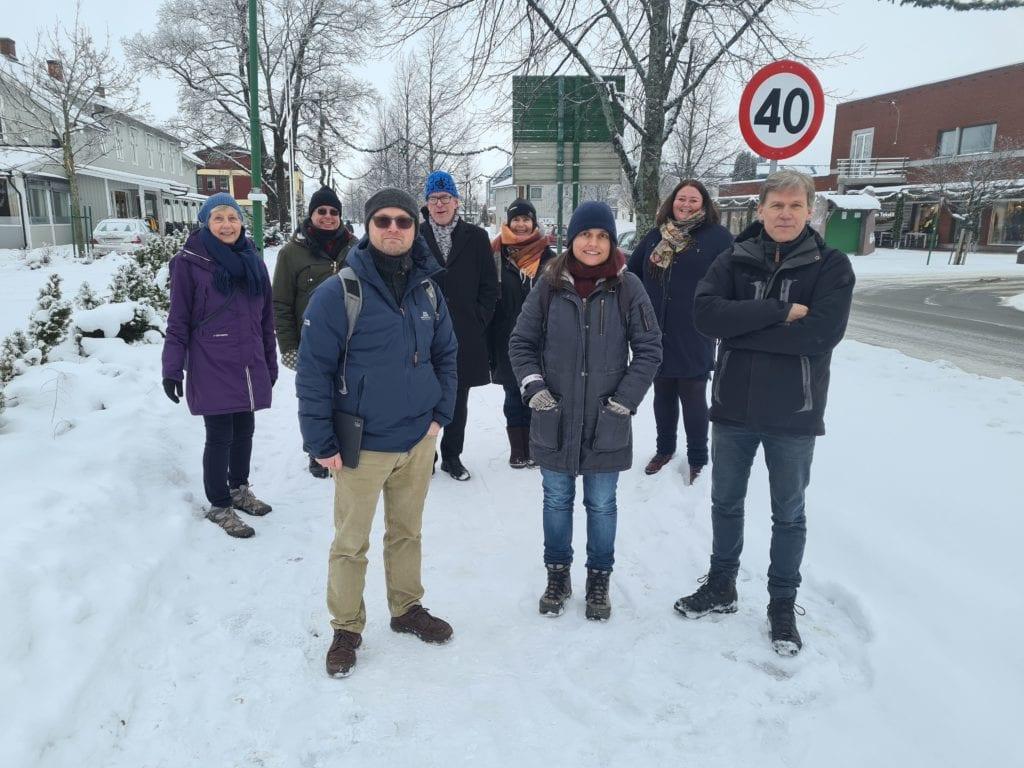 SKAL KONKURRERE: Kunsterne Stein Nerland (foran fra venstre), Hilde A. Danielsen og Hans Martin Øien skal konkurrere om å levere kunst til Flisa sentrum. Bak fra venstre ser vi Ingrid Almlid Ottermo, Nils Gullhav, Øivind Roos, Wenche Høye og ordfører Kari Heggelund.