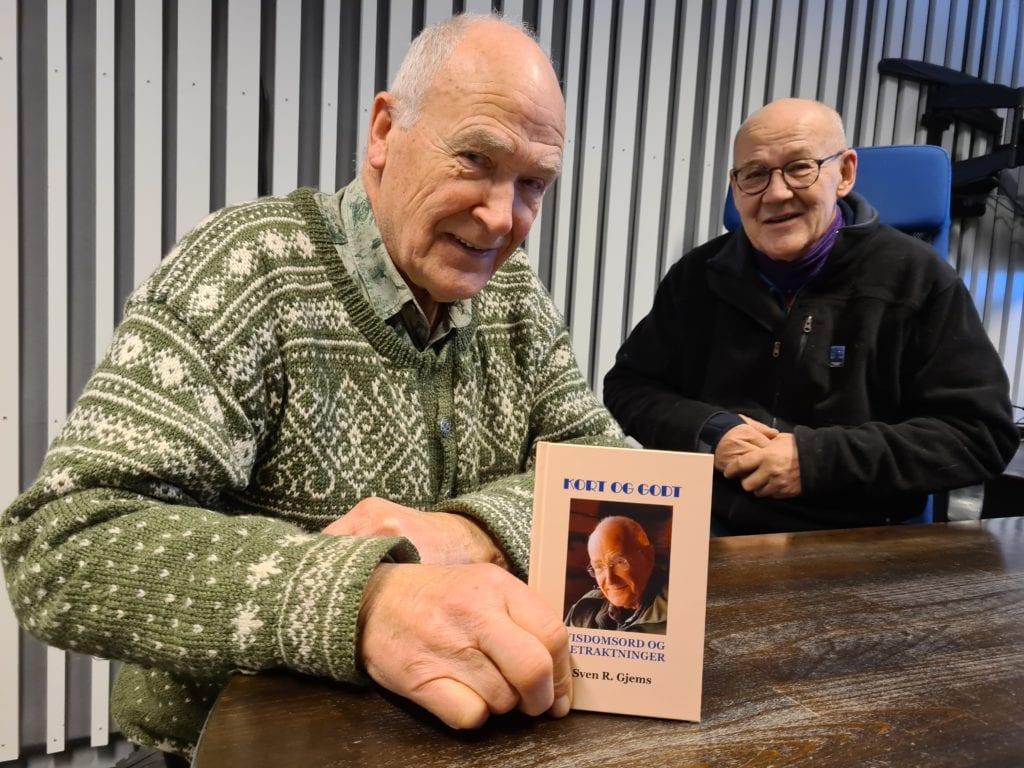 LOMMEFORMAT: Den nye utgivelsen til Sven R. Gjems (83) passer perfekt i lomma. «Kort og godt - visdomsord og betraktninger» er nå ute for salg. Terje Tønnessen i Kulturforlaget BRAK (bak) har med dette gitt ut 50 bøker.