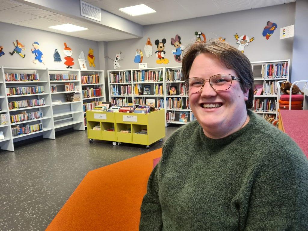 HAR BLITT MER AKTUELT: Antall skolebesøk, arrangementer og utlån har økt etter at Grue Folkebibliotek flyttet inn i Rådhuset for fire år siden. Kaia Svaan er biblioteksjef i Grue og har all grunn til å smile.