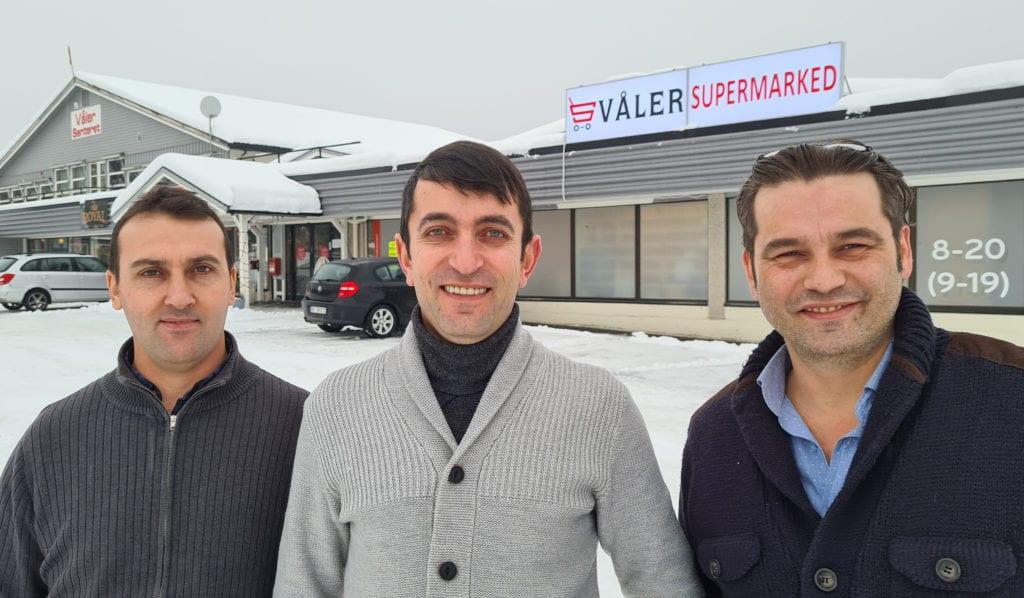 ÅPNER NY BUTIKK: Ilmaz Yuseinov, Alkin Rufiev og Hasan Sobaci åpner snart dørene til Våler Supermarked. Offisell åpning blir onsdag 3. februar, men de planlegger å åpne litt forsiktig før dette.