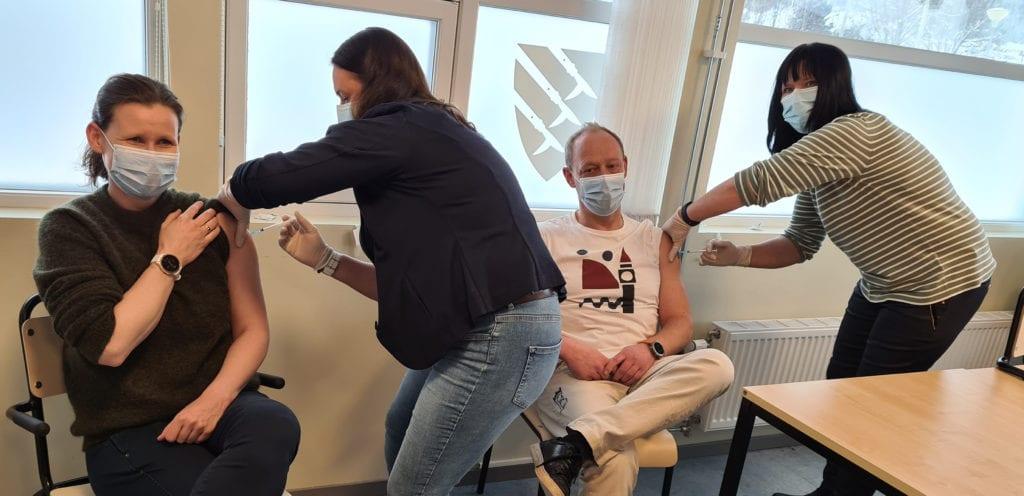 FØRST UT: Kommuneoverlegene Jorun Slettli og Bo Bendstrup var først ut av helsepersonellet i Åsnes og Våler til å ta vaksinen. Den settes av Line Engebretsen og Linda Engelsrud (til høyre).