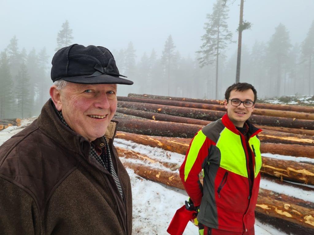 VINN-VINN: Samarbeidet mellom Solør videregående skole på Sønsterud og Åsnes kommuneskoger KF gir vinn-vinn for alle. Knut Aandstad (til venstre) er takknemlig for jobben elevene og lærer Simon Andersson Støa gjør.