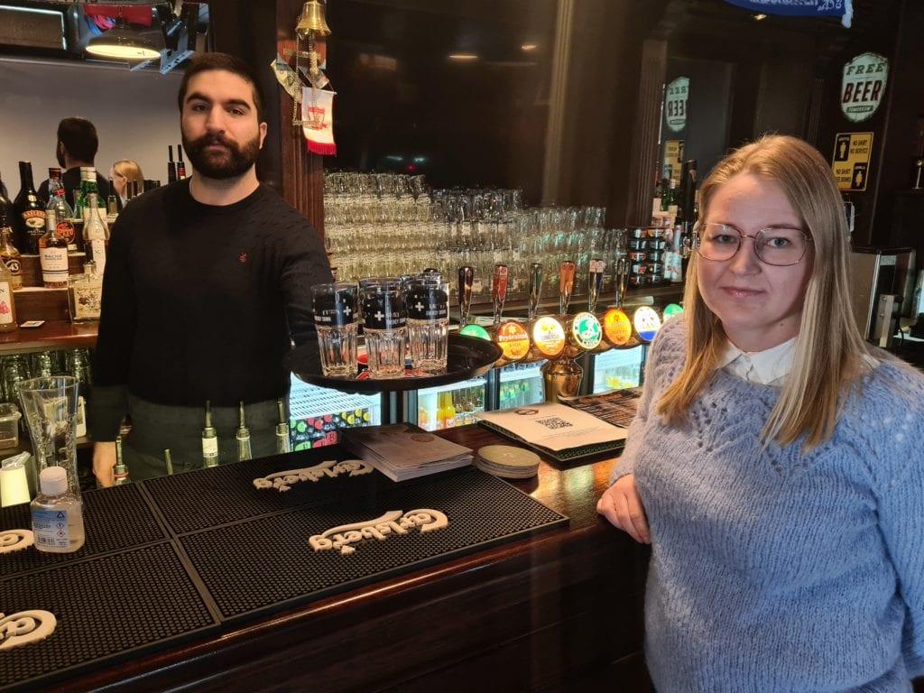 TOMME GLASS: Det kan bli lenge til Celal Dogan får servert noe igjen hos Dogans Sportsbar. Marita Kalfoss Sollien i Åsnes Venstre håper krisepengene som nå kommer kan brukes på å redde en hardt presset serveringsbransje.