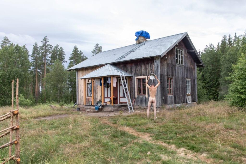 STILLER UT: Bak vandreutstillingen «Menniskor på skogen» på Norsk Skogmuseum står Aija Svensson. Dette er ett av bildene som stilles ut i andre etasje på museet.