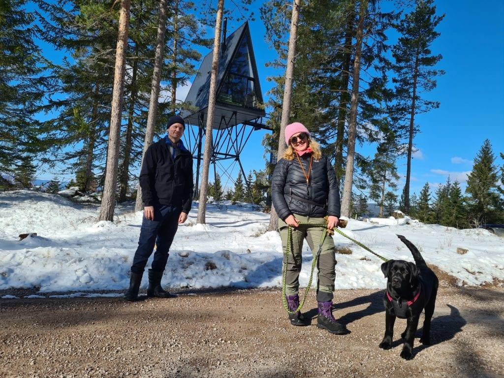 UTVIDER: PAN 1 og PAN 2 får en ny nabo når Christine Mowinckel og Kristian Rostad bygger en tredje tretopphytte. Max er fornøyd med å kunne gå turer opp til hyttene, og er bjeffende sikker på at en tredje tretopphytte gir enda større labbeaktivitet.
