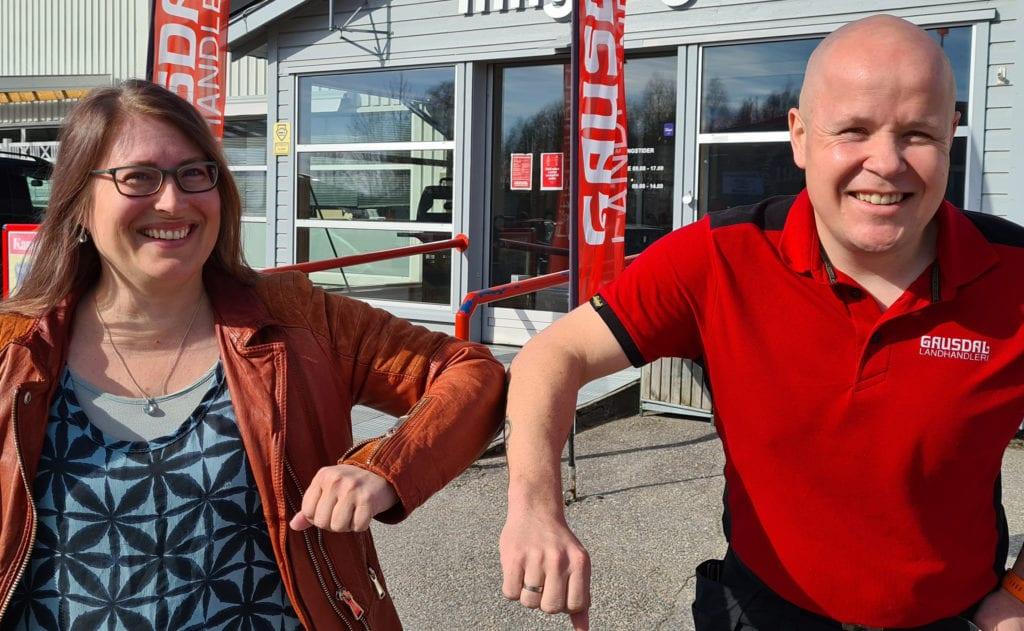 VANT KONKURRANSEN: Det var Solveig Catrine Bjørnstad som vant byggevarer for 25.000 kroner fra Gausdal Landhandleri. Stian Lauten er storfornøyd med responsen, og varsler ny tilsvarende konkurranse til høsten.
