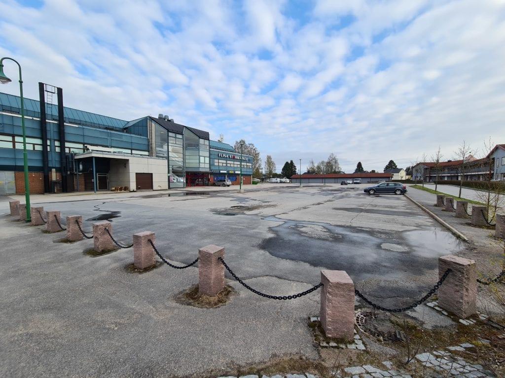 RUSTES OPP: Snart sperres denne parkeringsplassen av på grunn av nyasfaltering. Senterleder hos Flisa Stormarked, Søren Hetland, ber folk respektere avsperringen slik at asfaltarbeidet kan starte som planlagt tirsdag 18. mai.