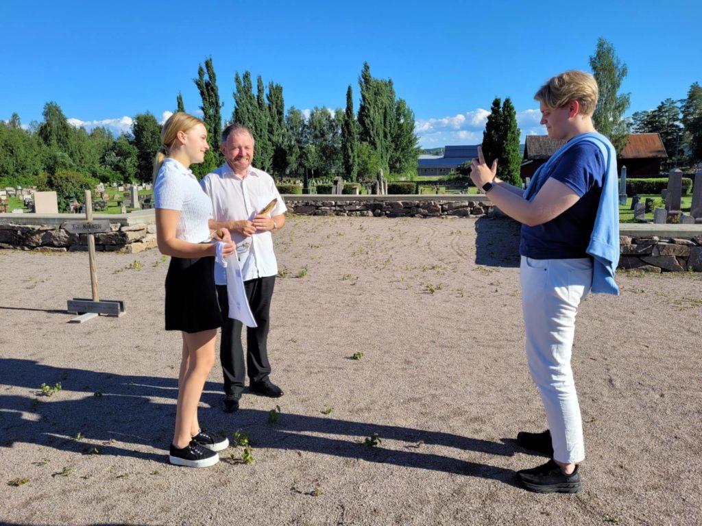 I SOSIALE MEDIER: Å møte masse ungdom på rundreise i juli kan være vrient, men sosiale medier er til god hjelp. Her filmer Frederik Feiler en video med Ingrid Vestby fra ungdomsrådet i Våler og sokneprest Einar Vannebo.