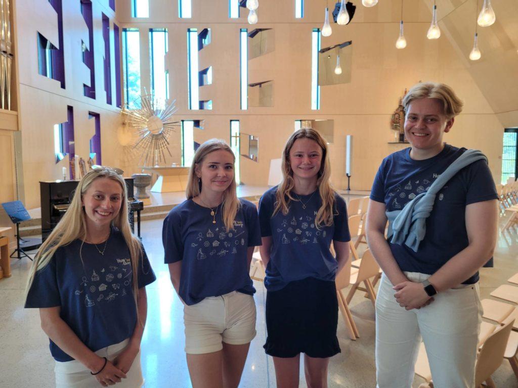 SPENNENDE: Gjengen fra Hundorp 2021 likte det de så i nye Våler kirke. Fra venstre Johanne Dalsbø, Martine Skibenes Rannstad, Nikoline Scheie og Frederik Feiler.