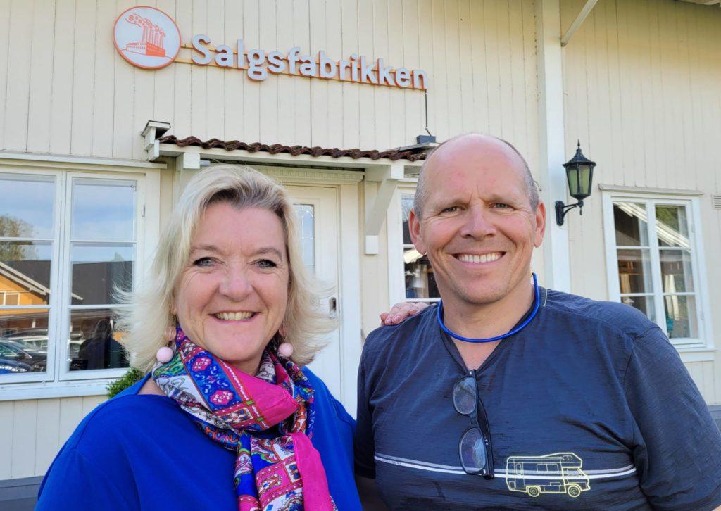 FORTSETTER Å VOKSE: Salgsfabrikken har flyttet til Grøset, og vokser både i antall ansatte og omsetning. Wenche Huser Sund og Øyvind Hammer er glad for de gikk for utvikling da krisen traff i fjor.
