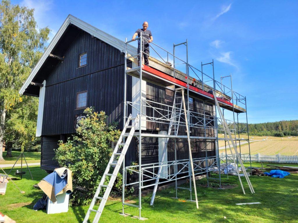 GJØR MYE SELV: Øyvind Hammer trives med å gjøre fysisk arbeid selv, og står for skiftet av tak på det gamle stabburet på Grøset.