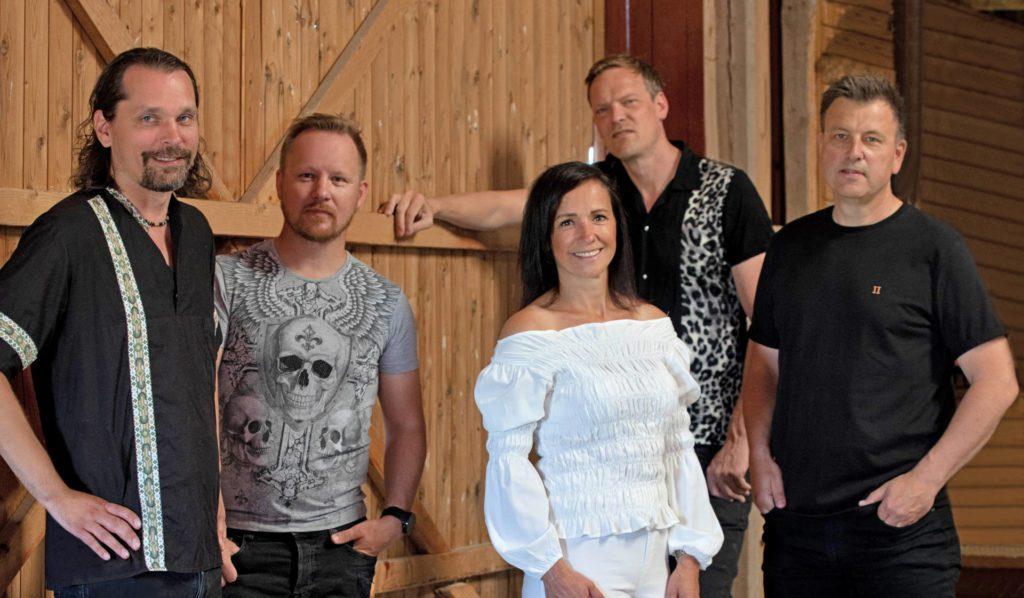 KLAR FOR VEGEN: Hanne Mette Band er aktuell med «Om 100 år», og bandet er mer enn klare for landevegen igjen når arrangørene også er det. Forespørsler er det inne fra både nord og sør. Pressebilde.