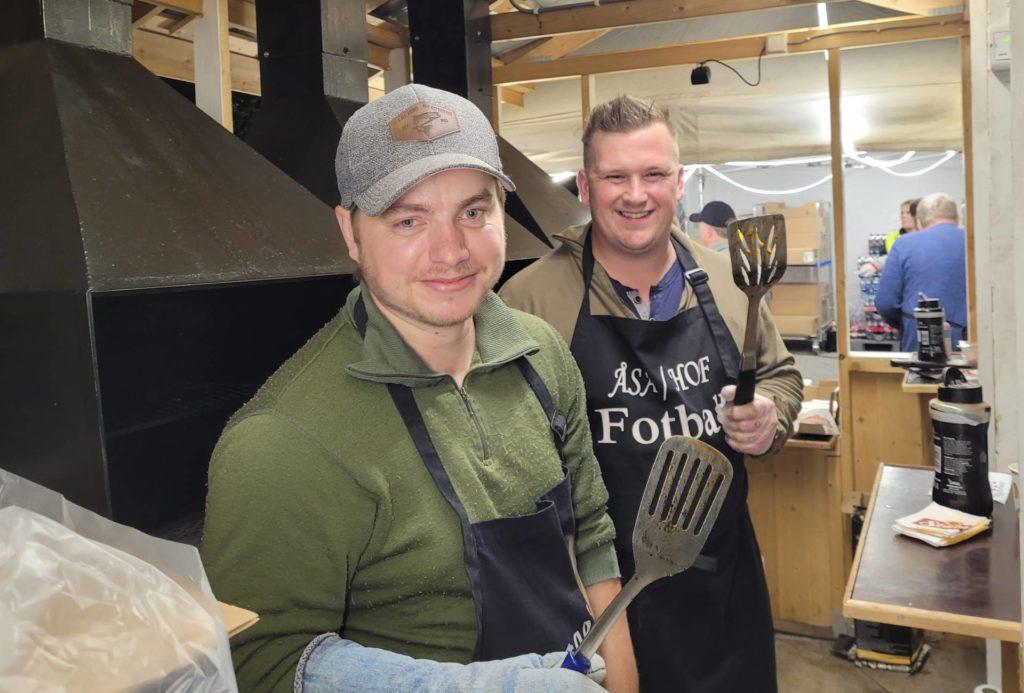 STEKTE: Steinar Kullerud og Martin Tingvold flippet burgere i grillen til sultne gjester.