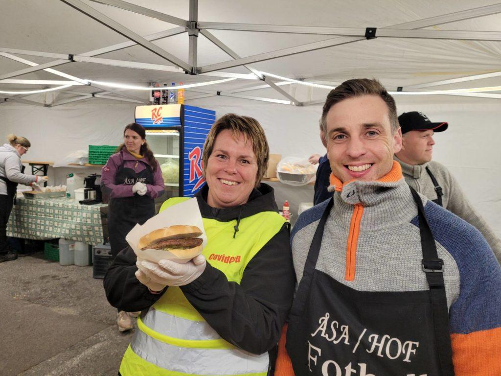 SERVERTE: Ann Merete Knutsen og Peter Hansen var blant dem som serverte burgere for Hof Idrettslag lørdag under Street meet.