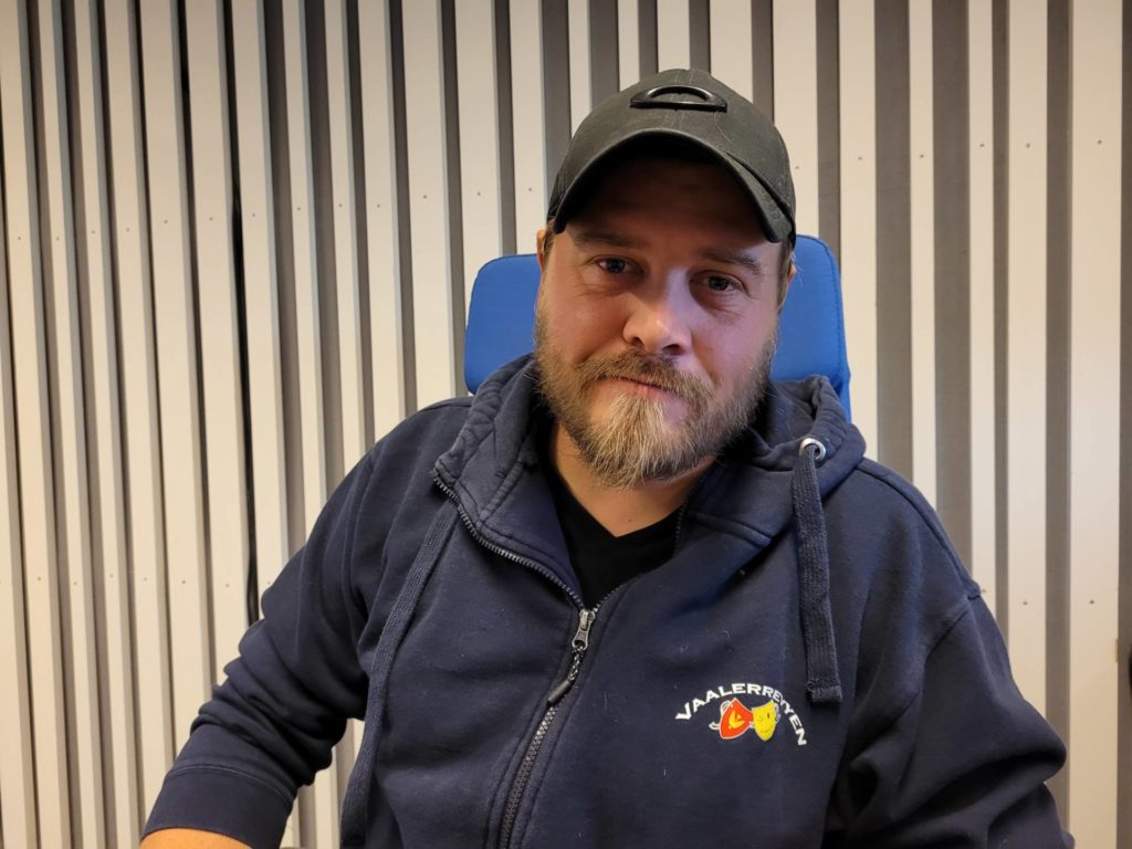 NÅ BLIR DET REVY: I november er Vaalerrevyen klare igjen for forestillinger. Henning Myrer håper flere vil bli med i revygjengen.