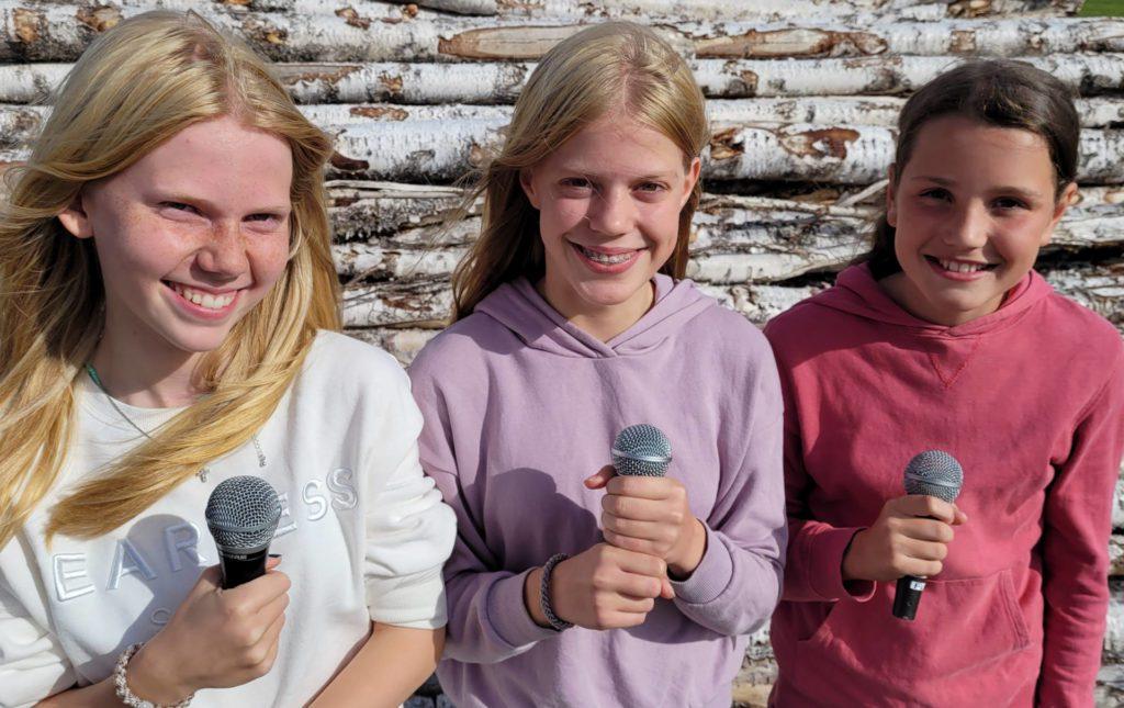 SOLISTER: Eira Olsen Gjerdrum (fra venstre), Julie Meldahl og Ida Øien Damhaug er vokalister på låta «Opp», som er den første fra musikalfilmen «Feilsitert» hos kulturskolen i Åsnes.
