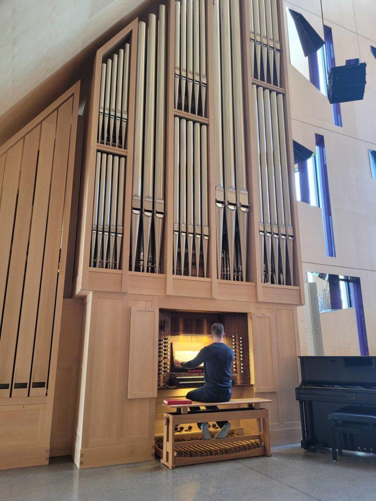 FLOTT AKUSTIKK: Folk kommer gjerne langveisfra for å spille på orgelet i Våler kirke. Orgelet har flott lyd, og akustikken i kirken er upåklagelig.