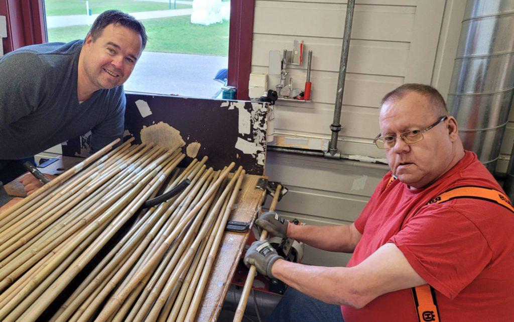 ÉN ETTER ÉN: Jarne Sandmoen (til høyre) er én av medarbeiderne ved Våler Vekst som sørger for å forsyne Skandinavia med brøytestikker, én etter én i produksjonen. Til venstre daglig leder Thor Arnstein Berg.