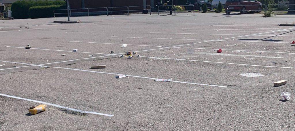SVINESTI: Hele sentrum var søndag fylt av bokser, knust glass og annet søppel. Flere startet rydding på eget initiativ for å få bukt med svinestien.