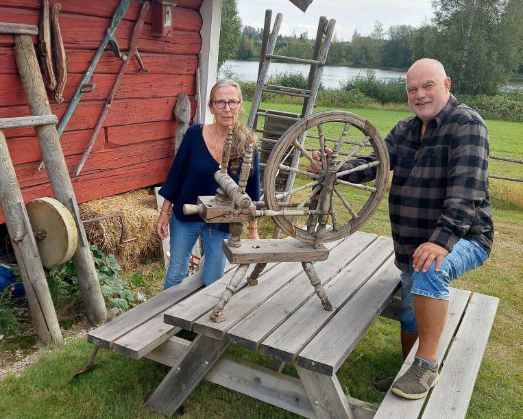 LAGER MARKED: Bjørn Vidar Sletten ved Strandsjø i Hof er klar for høstmarked på lørdag. Med seg har han blant annet medhjelper Berit Ottesen Jensen.