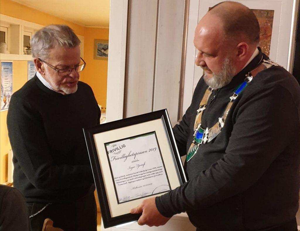 FIKK PRIS I 2019: Ingar Fjørtoft mottok frivillighetsprisen i Grue i 2019, sammen med ekteparet Liv og Arild Bonsak. Her er det ordfører Rune Grenberg som overrekker diplomet til Ingar i 2019.