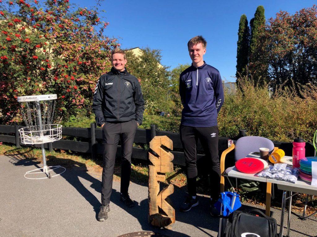 FRISBEEGOLF: Sondre Skulstad (fra venstre) Sander Klundsæter sto denne helgen i gata å viste frem frisbeegolf mulighetene her i område.