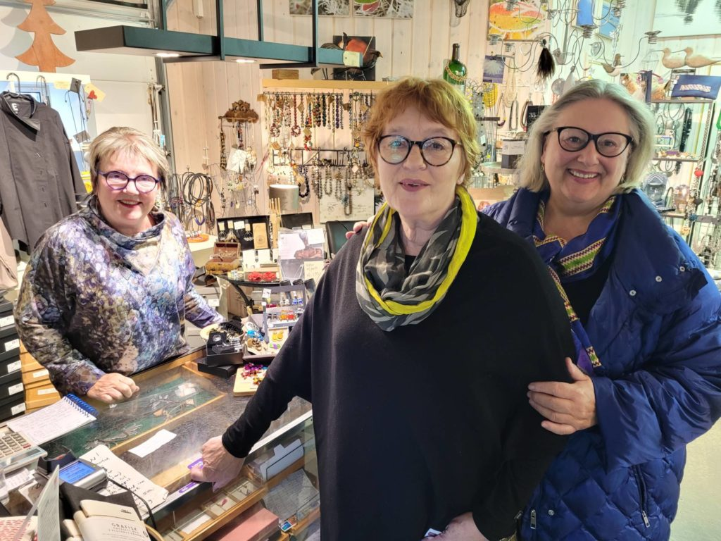 TOK TUREN FRA HAMAR: Ragnhild Røsset (i midten) og Agnes Weding tok turen helt fra Hamar for å handle hos Livets Krydder på Kirkenær. Maken til butikk finner de ikke der. Brit Haraldsen har nå drevet butikken i 10 år.