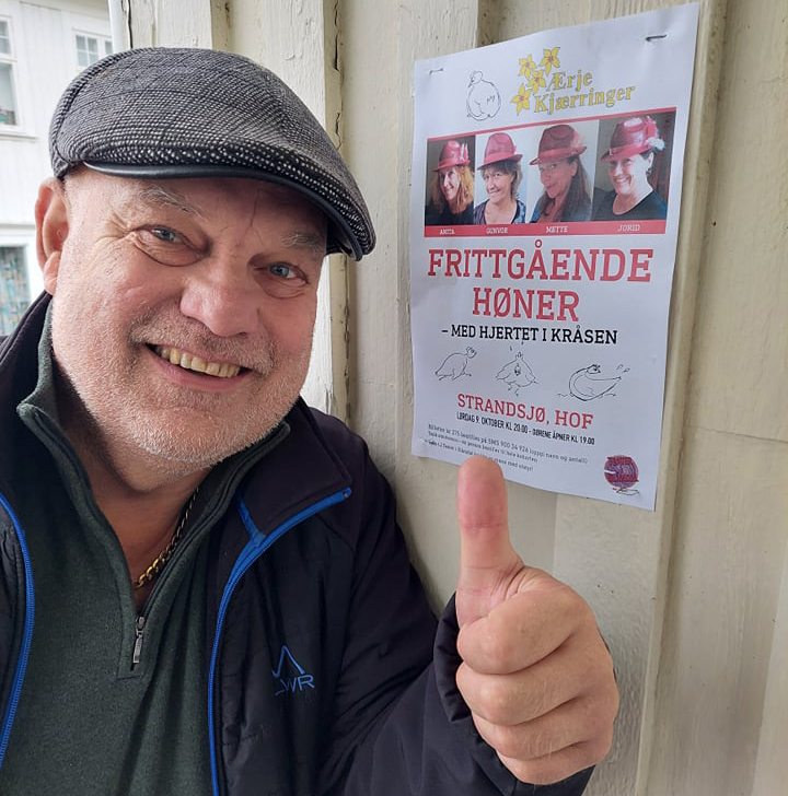 HØNER TIL GARDS: Lørdag 9. oktober kommer «Frittgående høner» til Strandsjø i Hof. Bjørn Vidar Sletten håper mange er klare for en god latter.