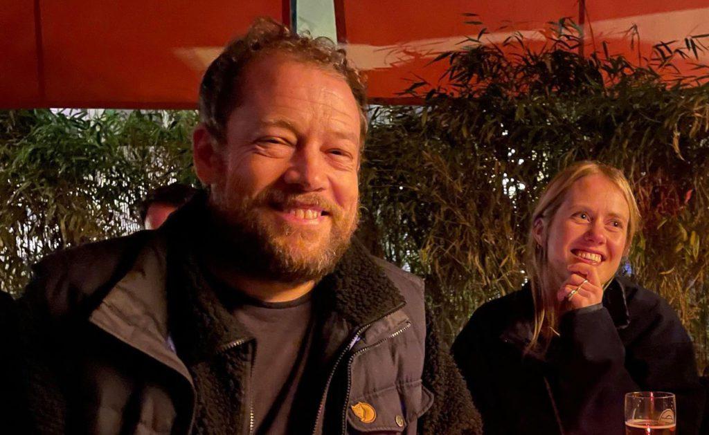 BRA OPPMØTE: Rundt 50 personer møtte opp på slippfesten på Jæger i Oslo. Joachim Førsund er programleder i podkastserien.
