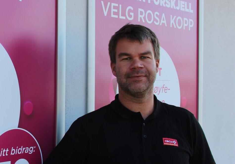 KLAR IGJEN: Jan Erik Kalgård ved Circle K Flisa er klar igjen for en rosa måned, og håper mange kunder vil støtte opp om Rosa Sløyfe-aksjonen.