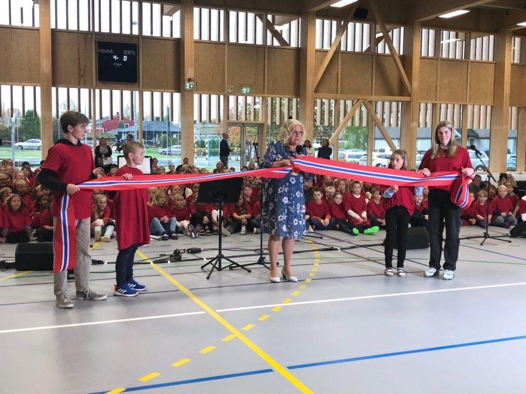 SNORKLIPPING: Her klipper ordfører May-Liss Sæterdalen snora med hjelp av elever. Foto: Adele Dragsnes.